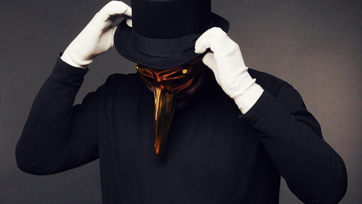 黄金のくちばしに白い手袋。その見た目はまるでペスト医者。異様だが神秘的な存在のClaptone(クラップトーン)が2020年1月31日(金)に渋谷Sound Museum Visionへ登場!